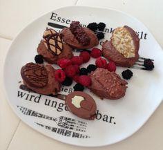 Ab und zu muss es halt doch mal was #Süßes sein. Und dann richtig :-). zB. ein cremiges #Schokomousse mit #Pralinen Cookies, Desserts, Food, Backdrops, Chocolate Candies, Crack Crackers, Tailgate Desserts, Biscuits, Dessert