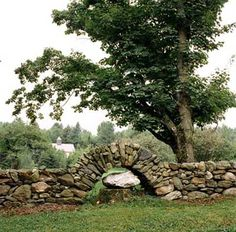 A dry-stacked stone wall hopping over a tree stump. It makes me smile when people let the landscape do the design work. Dry Stack Stone, Stacked Stone Walls, Dry Stone, Backyard Fences, Garden Fencing, Fence Landscaping, Stone Fence, Brick Fence, Concrete Fence