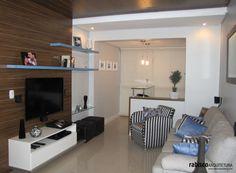 Ambiente que integra sala de estar e jantar com ar descontraído e aconchegante. RABISCO ARQUITETURA.  #sala #tapete #amadeirado #tv #interiores #arquitetura #arte #art #room #funcional #gesso #sofa #tv #texture #modern #moderno #metal #iluminaçãoexterna #rabisco #madeira #wood #clean #granito #piso #contemporanea #adesivado #parede #wall #world #swan #saladejantar #jantar #escada #cadeira #quadro #decoração #decore #estante #interior #contemporaneo #tv #escultura #arte #interiores