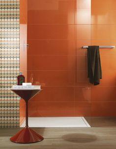 salle-bain-coloree-carrelage-orange-chaud-motifs-pois salle de bain colorée