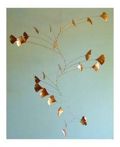 Metallic Sculpture : Gingko Leaf Mobile in copper by J F Jones on Etsy reminds me of Calder Sculptu Mobile Art, Hanging Mobile, Suncatchers, Mobile Calder, Mobiles, Kinetic Art, Paperclay, Sculpture Art, Mobile Sculpture
