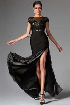 Odvážné společenské šaty s flitry Sexy šaty s výrazným rozparkem romantické černá krajka s květinami velký výstřih výstřih je kulatý, minirukávky zakrývají ramena sukně je bohatá, do půlky stehen skládaná Rafinovaný rozparek se ukáže pouze při pohybu Součástí šatů je černý saténový pásek se stříbrnou ozdobou