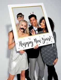 How to Throw the Ultimate New Eve Party Bring in the new year in style with our ultimate New Year's Eve party ideas! Browse decorating ideas, party games, NYE photo booth ideas and more! Photos Booth, Diy Photo Booth, Photo Booth Frame, Photo Frame Party, Home Made Photo Booth, Photo Booth Party, Photo Props, New Years Eve 2018, New Years Party