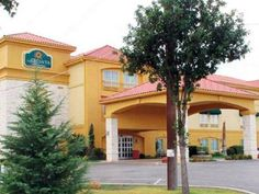 Fredericksburg (TX) La Quinta Inn & Suites Fredericksburg United States, North America Located in South Fredericksburg, La Quinta Inn & Suites Fredericksburg is a perfect starting point from which to explore Fredericksburg (TX). The hotel offers a wide range of amenities and perks to ensure you have a great time. Free Wi-Fi in all rooms, 24-hour front desk, laundry service, elevator, pets allowed are just some of the facilities on offer. Each guestroom is elegantly furnished a...