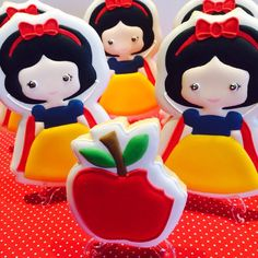 Snow White Cookies Disney Princess Cookies, Disney Princess Party, Royal Icing Decorated Cookies, Superhero Cookies, Party Food Themes, Cookie Company, Cookie Designs, Happy Baby, Cupcakes