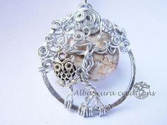 Tree of life realizzato con fili di alluminio di vario spessore con pietra e gufo in metallo.