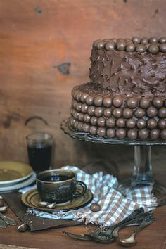 Chocolate and cocoa cake with maltesers.  The bottom cake layer cake (cake tin with a diameter of 26 cm.) 550 ml. flour 470 ml. sugar 230 ml. cocoa 2.5 tsp bicarbonate of soda 1.5 teaspoons baking powder half a teaspoon of salt 320 ml. buttermilk 150 ml. vegetable oil two very large (or three tiny) eggs 320 ml. of freshly brewed coffee