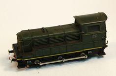 Locomotora dièsel SNCF C610 06: Maqueta d'un tractor de la SNCF de color verd, amb el parafangs protegit amb una barana. Locomotora diésel SNCF C610 06: Maqueta de un tractor de la SNCF de color verde, con el guardabarros protegido por una barandilla.