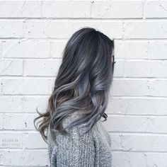 Afortunadamente, el gris en el cabello llegó para quedarse, es diferente, sexy y hermoso. A pesar de ello, muchas chicas siguen temiéndole y no se atreven a considerarlo unaopción. Hoy les traigo las razones que a mí me llevaron a probarlo y a enamorarme de él. No importa cómo lo lleves, siempre se verá bien […]