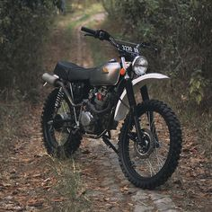 Don't fix it if it ant broke. catching this little Honda's good side amidst the Indo autumn beauty. Tracker Motorcycle, Enduro Motorcycle, Motocross Bikes, Vintage Motocross, Moto Bike, Motorcycle Suit, Vintage Honda Motorcycles, Honda Bikes, Custom Motorcycles