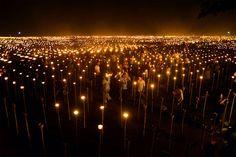 "Filipinos acendendo milhares de tochas por pedidos de paz. É o evento tradicional do país chamado ""Light of Peace in the Philippines"", na cidade de Oton."
