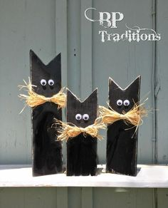 Halloween black cats constructed from reclaimed fence wooden. See this and diff. Halloween black c Fall Wood Crafts, Halloween Wood Crafts, Soirée Halloween, Adornos Halloween, Manualidades Halloween, Halloween Signs, Diy Halloween Decorations, Wooden Crafts, Holidays Halloween