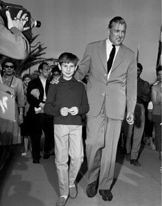 Jacques Tati et Alain Bécourt 11'eme Festival Internation du Film de Cannes 1958 2-18 mai 1958 Prix spécial du jury : « Mon Oncle » de Jacques Tati, pour l'originalité et la puissance comique de son oeuvre. Henri Cartier-Bresson (1958) http://www.cinetom.fr/archives/2009/05/06/13631036.html