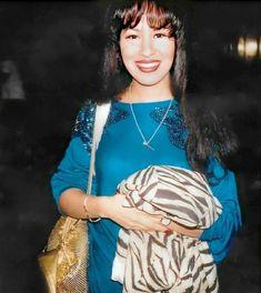 Rare pics of our Queen. Selena Quintanilla Perez, Suzette Quintanilla, Selena Costume, Famous Hispanics, Selena Pictures, Famous Singers, Film Aesthetic, Celebs, Celebrities