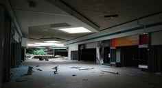 As imagens impressionantes de centros comerciais abandonados