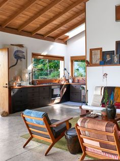 Instead of looking for an urban property, she went up into the mountains that surround Cali, which is in the Cauca Valley of western Colombia, and found a hillside plot with sweeping city views. #anitacalero #home #colombia #mountainhome #interiordesign #architecture #art #renovation #hometour #homeinspo #elledecor