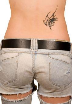 Tatouage discret femme bas du dos papillon tribal