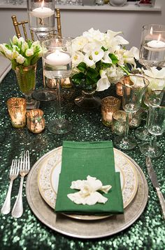 How glamorous is this emerald decor? This place setting is topped with a green dinner napkin and fresh white gardenia.