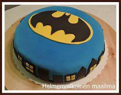 Helmenvalkoinen maailma: Batman-kakku mango-passionmoussella sekä valkosuklaa-nougatmoussella.
