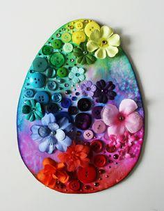 """Uovo """"arcobaleno"""" con inchiostri e decorazioni colorate"""