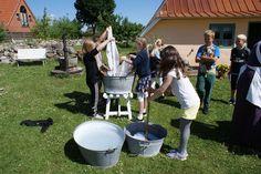 Historie, Museum, Sognefogedgården, Frederikshavn, Danmark. Skoleklasse hjælper med den månedlige vask.