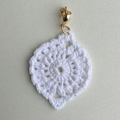 Branquinho pra lá de especial! Semijoia em crochê com pontos delicados. .peça folheada a ouro 18k