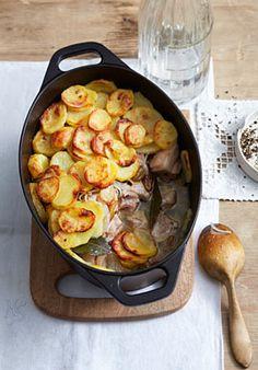 Rheinhessen: Backesgrumbeere, ein typisches rheinhessisches Gericht aus Kartoffeln, Schweinefleisch wie Kasseler und Bauchfleisch und Wein.
