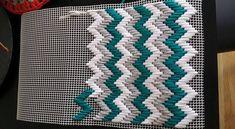 Plastic Canvas Stitches, Plastic Canvas Crafts, Plastic Canvas Patterns, Palacio Bargello, Tapetes Diy, Embroidery Patterns, Cross Stitch Patterns, Bargello Needlepoint, Craft Ideas