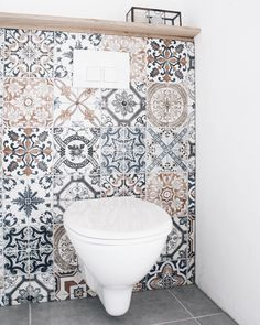 I love the idea of random mosaic tiles as a backsplash in a bathroom .I love the idea of random mosaic tiles as a backsplash in a bathroom area.Loving this tile and how it gives Bathroom Spa, Bathroom Toilets, Small Bathroom, Bathroom Ideas, Bathroom Mirrors, Mosaic Bathroom, Bathroom Fixtures, Grey Bathrooms, Bathroom Cabinets