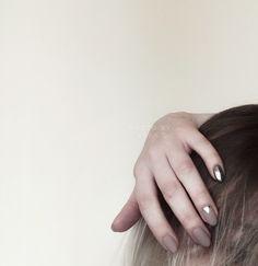 Матовое покрытие и серебряная втирка на чёрном цвете для придания металлику оттенка белого золота.
