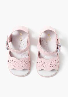 d9df96b237d Sandalias de piel caladas para bebé niña con cierre de hebilla. Fabricadas  en EspañaEmpeine
