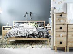 Spavaća soba s TARVA okvirom za krevet od punog drveta, komodom s ladicama i noćnim ormarićem