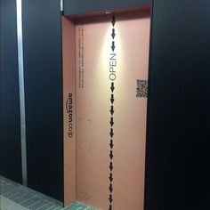 A!@attrip - Amazon(目黒)のエレベーターがAmazon段ボール。