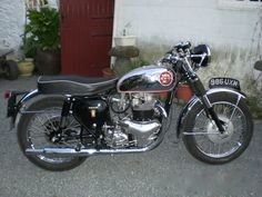 Motorcycle Garage, Cafe Racer Motorcycle, Motorcycle Design, Classic Motorcycle, British Motorcycles, Vintage Motorcycles, Cars And Motorcycles, Old Bikes, Classic Bikes