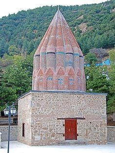 Seyyid Mahmud Hayrani Türbesi/Akşehir/Konya///Türbe, Sultan Dağı'nın eteğine ve şimdi yok olan Akşehir Kalesi'nin içine yapılmıştır. Seyyid Mahmud Hayrani'nin ölüm tarihi olan H.667 (M.1268) türbenin, inşa tarihi olarak kabul edilmektedir. Sandukası Türk İslam Eserleri Müzesi'ndedir.