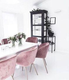 rosa samt stühle + schwarzer Schrank im weissen raum