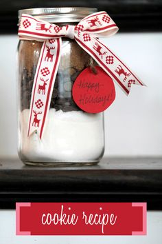 Spread the love this holiday season with these simple mason jar holiday crafts! Create cute + yummy gifts of cookies or hot chocolate, all in a mason jar! Mason Jar Cookie Recipes, Mason Jar Cookies, Mason Jar Meals, Mason Jar Gifts, Mason Jar Diy, Jar Recipes, Baking Recipes, Christmas Food Gifts, Holiday Crafts