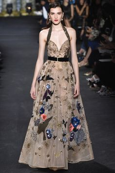 Lebanese fashion designer Elie Saab unveiled his highly anticipated Haute Couture fall/winter 2016 collection today in Paris. A timeless couture travel Elie Saab Couture, Zuhair Murad, Runway Fashion, Fashion Show, Fashion Design, Female Fashion, Fashion Poses, Fashion Editorials, Paris Fashion