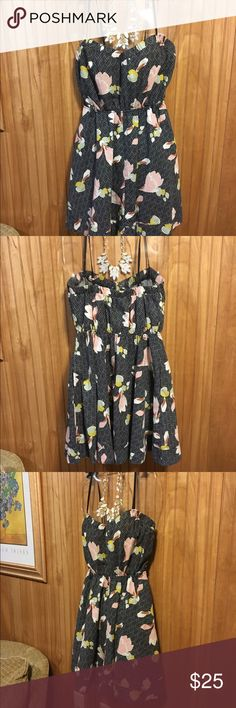 """Urban Outfitters Sweetheart Floral Dress Sz M Super cute with a Vintage-flair, this dress is perfect for anything outdoors. Has a Sweetheart neckline with elastic around the back and front so as to wear strapless or with the straps. It has hidden front pockets and length from bust to hem is 28"""", waist is elastic and sits at 24"""" unstretched. Waist has lots of stretch. Dress is a cotton/linen blend and doesn't wrinkle easily. The shoulder straps are not adjustable. Brand is Kimchi Blue from…"""