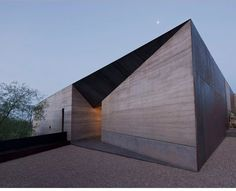 wendell burnette architects shapes desert courtyard house in arizona is part of Architecture - located in the sonoran desert near scottsdale, arizona, wendell burnette architects have designed and completed a house shaped around a central courtyard Architecture Design, Concrete Architecture, Minimalist Architecture, Residential Architecture, Amazing Architecture, Contemporary Architecture, Tectonic Architecture, Architecture Courtyard, Concrete Building
