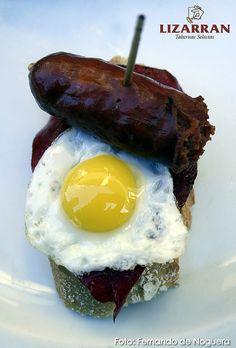 Pintxo de piquillo, huevo y txistorra by Daniela Lapucci & Fernando de Noguera, via Flickr
