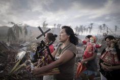 Fotografía realizada por el francés Phillipe Lopez, de la Agencia France Presse (AFP), que ha ganado el primer premio en la categoría de Noticias de Actualidad. Esta imágen muestra a los supervivientes del tifón Haiyán, que afectó el centro de Filipinas en noviembre de 2013 y causó más de 6.200 muertos, en una procesión religiosa en Tolosa, en la isla de Leyte. PHILIPPE LOPEZ