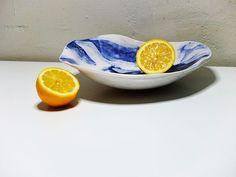 Vajilla blanca y decoración azul cobalto. Plato hondo con sutil ala, para manejarse mejor para servir ;)