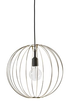 Modern gallerlampa med luftig känsla i metall med mässingfinish. Komplettera med en dekorativ ljuskälla för rätt känsla. Inkl. svart upphänge.