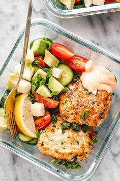 Meal Prep Garlic Herbs Chicken Patties - - These garlic herbs chicken patties are so easy to put together and make the perfect protein addition to your meal prep lunch! - by mittagessen Garlic Herbs Chicken Patties Meal Prep with Healthy Salad Lunch Meal Prep, Easy Meal Prep, Meal Prep Salads, Healthy Meal Prep Lunches, Meal Prep Recipes, Lunch Meals, Healthy Meals For One, Chicken Meal Prep, Easy Chicken Recipes