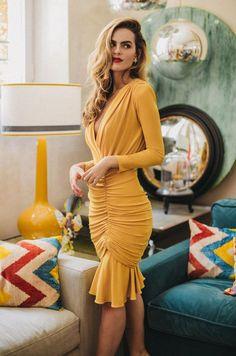 ¿Retro o contemporáneo? ¿Un look formal para boda o un outfit lleno de vida? ¿Sensualidad o comodidad? Con los vestidos de fiesta de la última temporada de Cherubina no tendrás que elegir: inspírate y apasiónate con la exuberancia de sus modelos.  #vestidos #amarillos #invitada #boda #fiesta #día #cortos #look #tendencias #moda #Cherubina #bodascommx Short Sleeve Dresses, Dresses With Sleeves, Long Sleeve, Look Formal, Outfits, Beautiful, Clothes, Retro, Party