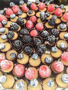 Bicchierini di cioccolato ripieni di crema e frutti di bosco
