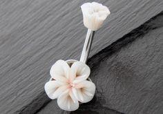 PIERCING NOMBRIL ARGENT ET FLEURS BLANCHE ACRYLIQUES PHOSPHORESCENTES http://www.aiapiercing.com/piercing-nombril/fantaisie/piercing-nombril-argent-et-fleurs-blanche-acryliques-phosphorescentes #fleur #piercingargent #piercingnombril