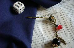 Epingle à cheveux steampunk très élégante avec ses pièces de montre, ses perles noires et rose rouge avec leur breloque aile, ruisselant le long d'une délicate chaîne pour parer vos cheveux de raffinement.    Disponible ici : https://www.alittlemarket.com/accessoires-coiffure/epingle_a_cheveux_steampunk_temps_raffine_-2998213.html