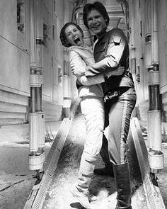 Princesa Léia 😢 Curiosidade dá nossa eterna princesa Léia : Ela teve um caso de três meses com o ator Harrison Ford. 💕💕 #starwars #filme #movie #princesaleia #princess #luto #dark #photography #photooftheday #fashionblog #blog #follow